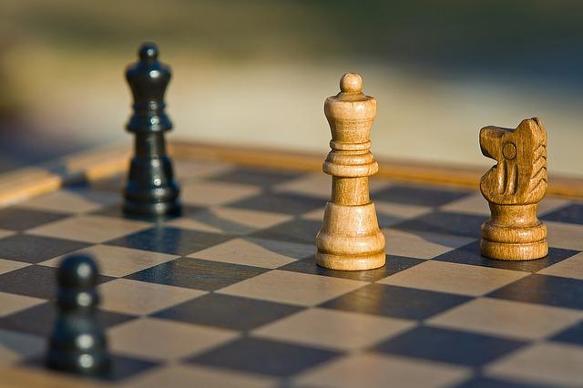 šachy na šachovnici