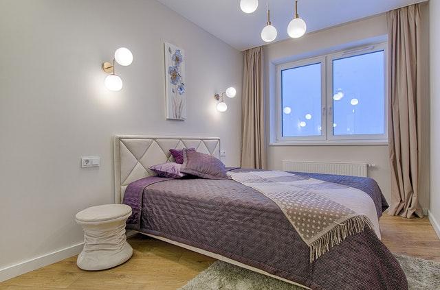 postel s hnědým přehozem