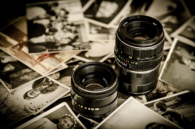 Objektivy, položené na hromadě fotografií.jpg